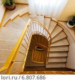 Купить «Винтовая лестница в старом доме», фото № 6807686, снято 10 декабря 2019 г. (c) Mikhail Starodubov / Фотобанк Лори