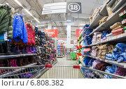 """Купить «Продажа промышленных товаров в гипермаркете """"Карусель""""», фото № 6808382, снято 27 мая 2019 г. (c) FotograFF / Фотобанк Лори"""