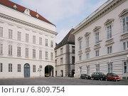Здание Национальной библиотеки (Österreichische Nationalbibliothek) - слева и Дворец Паллавичини (Palais Pallavicini) - справа в центре Вены на площади Йозефсплац. Австрия (2014 год). Редакционное фото, фотограф stargal / Фотобанк Лори