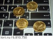 Монеты на клавиатуре ноутбука, эксклюзивное фото № 6810750, снято 17 декабря 2014 г. (c) Константин Косов / Фотобанк Лори