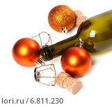 Купить «Пустая бутылка испод вина, пробки, и рождественские украшения», фото № 6811230, снято 23 ноября 2014 г. (c) Анна Полторацкая / Фотобанк Лори