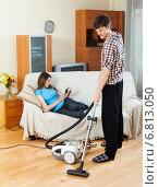 Купить «Man cleaning with vacuum cleaner», фото № 6813050, снято 12 марта 2014 г. (c) Яков Филимонов / Фотобанк Лори