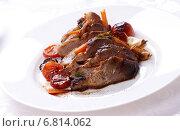 Мясо на белой тарелке. Стоковое фото, фотограф Андрей Оршак / Фотобанк Лори