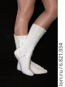 Купить «Гольфы из козьей шерсти на женских ногах», фото № 6821934, снято 1 декабря 2014 г. (c) Виталий Матонин / Фотобанк Лори
