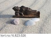 Купить «Спящий деревянный Будда на балтийском пляже», эксклюзивное фото № 6823026, снято 4 ноября 2014 г. (c) Ната Антонова / Фотобанк Лори