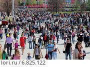 Купить «День Победы. Люди на площади», фото № 6825122, снято 9 мая 2013 г. (c) Марина Орлова / Фотобанк Лори