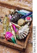 Купить «Деревянная коробка со старыми советскими елочными игрушками», фото № 6836630, снято 20 декабря 2014 г. (c) Николай Лунев / Фотобанк Лори