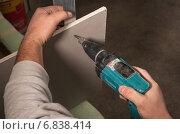 Berlin, Germany, Craftsman drills a sheetrock to steel profile (2010 год). Редакционное фото, агентство Caro Photoagency / Фотобанк Лори