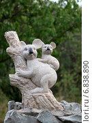 Купить «Коала, мама и детеныш. Парковая скульптура», эксклюзивное фото № 6838890, снято 12 августа 2012 г. (c) Щеголева Ольга / Фотобанк Лори