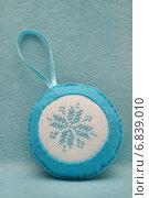 Елочное украшение из фетра с вышитой снежинкой. Стоковое фото, фотограф Dmitry29 / Фотобанк Лори