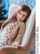 Новогодняя. Девочка сидит в кресле. Стоковое фото, фотограф Мария Мороз / Фотобанк Лори
