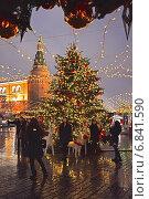 """Купить «Люди гуляют на Манежной площади около новогодней елки на ярмарке """"Путешествие в Рождество"""" в Москве ночью», эксклюзивное фото № 6841590, снято 17 декабря 2014 г. (c) lana1501 / Фотобанк Лори"""