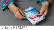 Руки пожилой женщины, получившей поздравления с Новым годом (2014 год). Редакционное фото, фотограф Сергей Горохов / Фотобанк Лори