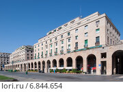 Genoa, Italy, residential and business house on the Piazza della Vittoria (2013 год). Редакционное фото, агентство Caro Photoagency / Фотобанк Лори