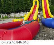 Купить «Маленькая девочка прыгает с водной горки», фото № 6846010, снято 8 сентября 2005 г. (c) Евгений Ткачёв / Фотобанк Лори