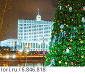 Купить «Рождественская ель на фоне Правительства РФ, Москва», фото № 6846818, снято 28 января 2020 г. (c) Mikhail Starodubov / Фотобанк Лори