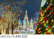 Купить «Новогодняя ель с украшениями и гирляндами на Красной площади», фото № 6846826, снято 19 декабря 2018 г. (c) Mikhail Starodubov / Фотобанк Лори