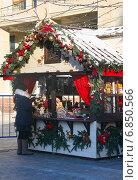 Женщина выбирает новогоднюю елочную игрушку на рождественской ярмарке на Охотном ряду в Москве. Стоковое фото, фотограф Наталья Федорова / Фотобанк Лори