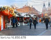 Рождественская ярмарка на Манежной площади в Москве (2014 год). Редакционное фото, фотограф Наталья Федорова / Фотобанк Лори