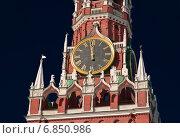 Купить «Спасская башня Московского Кремля. Кремлевские куранты показывают полночь», эксклюзивное фото № 6850986, снято 8 марта 2010 г. (c) Алёшина Оксана / Фотобанк Лори