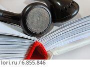 Купить «Аудиокниги. Наушники на раскрытой книге», эксклюзивное фото № 6855846, снято 30 декабря 2014 г. (c) Юрий Морозов / Фотобанк Лори