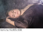 Купить «Портрет девушки под каплями воды», фото № 6855938, снято 12 декабря 2014 г. (c) Юрий Викулин / Фотобанк Лори