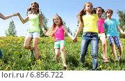 Купить «Дети бегут по зеленой поляне», видеоролик № 6856722, снято 14 декабря 2014 г. (c) Сергей Новиков / Фотобанк Лори