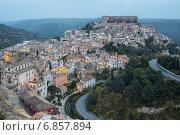 Купить «Рагуза, вид на старый город вечером, Сицилия», фото № 6857894, снято 29 ноября 2014 г. (c) Ирина Яровая / Фотобанк Лори