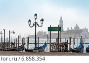 Купить «Servizio gondole», фото № 6858354, снято 27 октября 2013 г. (c) Михаил Лавренов / Фотобанк Лори