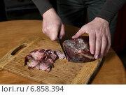 Женские руки нарезают строганину из оленины. Стоковое фото, фотограф Анастасия Кузьмина / Фотобанк Лори