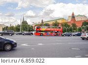 Купить «Двухэтажный экскурсионный автобус на Боровицкой площади», эксклюзивное фото № 6859022, снято 26 августа 2014 г. (c) Алёшина Оксана / Фотобанк Лори
