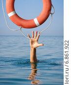 Купить «Спасательный круг для утопающего в морской или океанской воде. Понятие страхования», фото № 6861922, снято 30 августа 2010 г. (c) Андрей Кузьмин / Фотобанк Лори