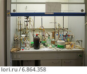 Купить «Химическая лаборатория, вытяжной шкаф с оборудованием», эксклюзивное фото № 6864358, снято 22 сентября 2014 г. (c) Татьяна Юни / Фотобанк Лори