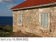 Домик с закрытыми ставнями и красной черепичной крышей на берегу моря (2012 год). Стоковое фото, фотограф Алтанова Елена / Фотобанк Лори