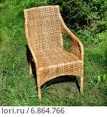 Комфортное плетеное кресло в саду на зеленой траве. Стоковое фото, фотограф Максим Блинков / Фотобанк Лори