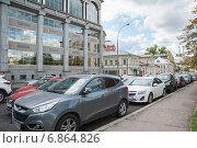 Купить «Парковка на улице Большая Якиманка», эксклюзивное фото № 6864826, снято 26 августа 2014 г. (c) Алёшина Оксана / Фотобанк Лори