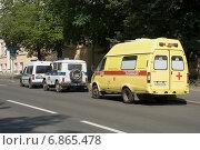Купить «Автомобили скорой медицинской помощи и полиции», эксклюзивное фото № 6865478, снято 3 августа 2014 г. (c) Александр Щепин / Фотобанк Лори