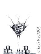 Купить «Всплеск в бокале для мартини», фото № 6867034, снято 1 января 2015 г. (c) Владимир Агапов / Фотобанк Лори