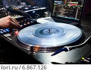 Купить «DJ на рабочем месте с виниловой пластинкой и проигрывателем», фото № 6867126, снято 17 июня 2012 г. (c) Максим Блинков / Фотобанк Лори