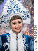 Купить «Снегурочка в кокошнике», эксклюзивное фото № 6869334, снято 28 декабря 2014 г. (c) Иван Карпов / Фотобанк Лори