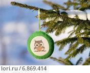 Купить «Игрушка из фетра с вышивкой на ветке живой ели», эксклюзивное фото № 6869414, снято 6 января 2015 г. (c) Dmitry29 / Фотобанк Лори