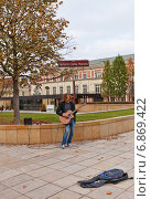 Купить «Гитарист на улице Краковское Предместье (сквер Герберта Гувера) в Варшаве, Польша», фото № 6869422, снято 18 октября 2014 г. (c) Иван Марчук / Фотобанк Лори