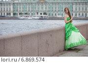 Портрет красивой молодой девушки в зелёном платье стоящей на набережной на фоне Эрмитажа (2013 год). Редакционное фото, фотограф Литвяк Игорь / Фотобанк Лори