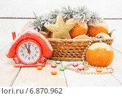 Купить «Новогодняя композиция с часами в виде домика и мандаринами», фото № 6870962, снято 8 января 2015 г. (c) Наталья Осипова / Фотобанк Лори