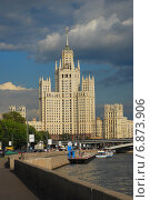 Высотка на Котельнической набережной в Москве летом (2009 год). Редакционное фото, фотограф lana1501 / Фотобанк Лори