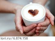 Девушка держит чашку кофе с сердцем из корицы. Стоковое фото, фотограф Альховик Людмила / Фотобанк Лори