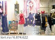 Купить «Витрина магазина женской одежды зимой в городе Железнодорожном Московской области», эксклюзивное фото № 6874622, снято 28 декабря 2014 г. (c) Наталья Горкина / Фотобанк Лори