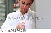 Купить «Junior pharmacist mixing a medicine», видеоролик № 6876018, снято 5 апреля 2020 г. (c) Wavebreak Media / Фотобанк Лори