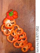 Сладкий красный перец на разделочной кухонной деревянной доске. Стоковое фото, фотограф Екатерина Ярославовна Мостовая / Фотобанк Лори