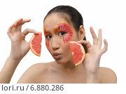 Девушка с дольками грейпфрута. Стоковое фото, фотограф Смирнова Лидия / Фотобанк Лори